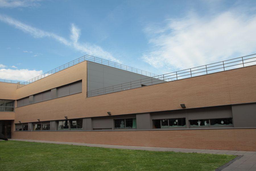 Vista lateral del patio y clases del Colegio Valle del Miro